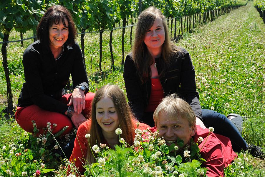 Familie Goldenits im Weingarten