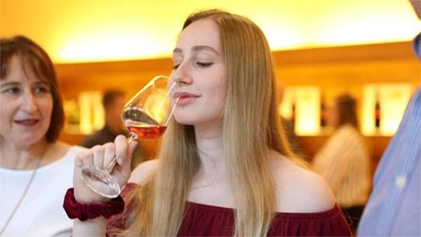 Sarah Goldenits mit Weinglas